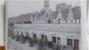 参拝者は、広化寺で香をたき参拝するために、長い列に並んでいた。