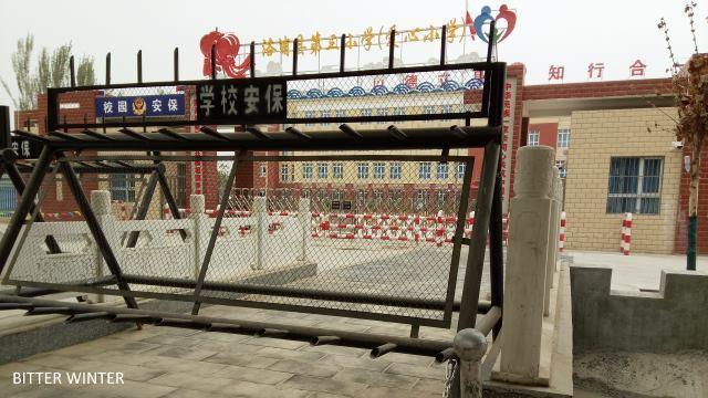 ロプ県第三小学校の正門