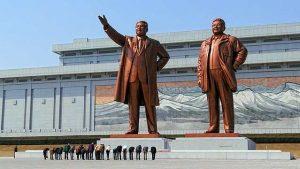 北朝鮮の首都、平壌の万寿台にある独裁者、金日成(キム・イルソン)(1912-1994)と金正日(キム・ジョンイル)(1941-2011)の邪悪な巨大像