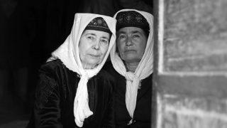 寄り添い合う2人のタジク少数民族の女性。© マキシム・クローゼー