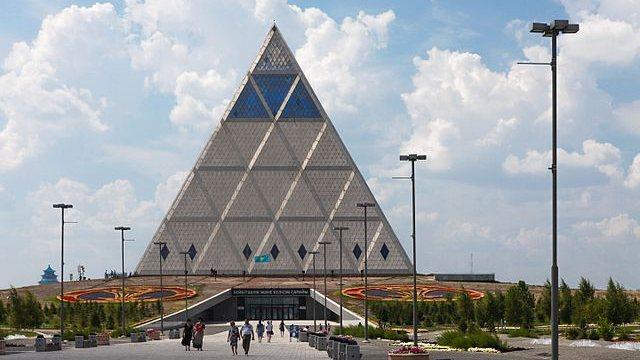 平和のピラミッド、アスタナ、カザフスタン(Ninaras – CC BY 4.0)