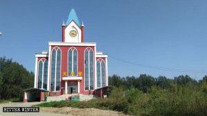 十字架を取り外された陸集村の教会堂の正面外観。