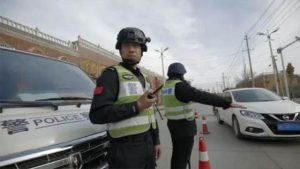 警察が路上で検査を実施している(インターネットから取得)