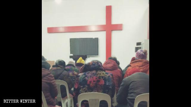 内郷県の改革派家庭教会で集会を行う信者たち。