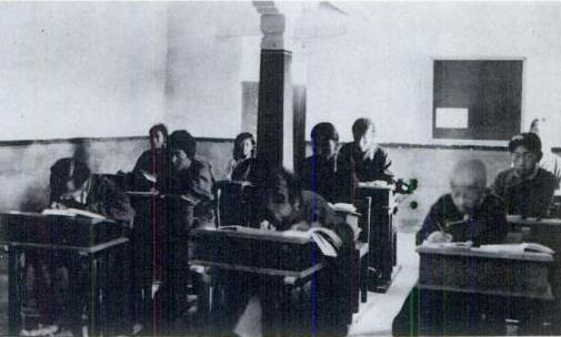 1920年代のギャンツェ英語学校の教室。
