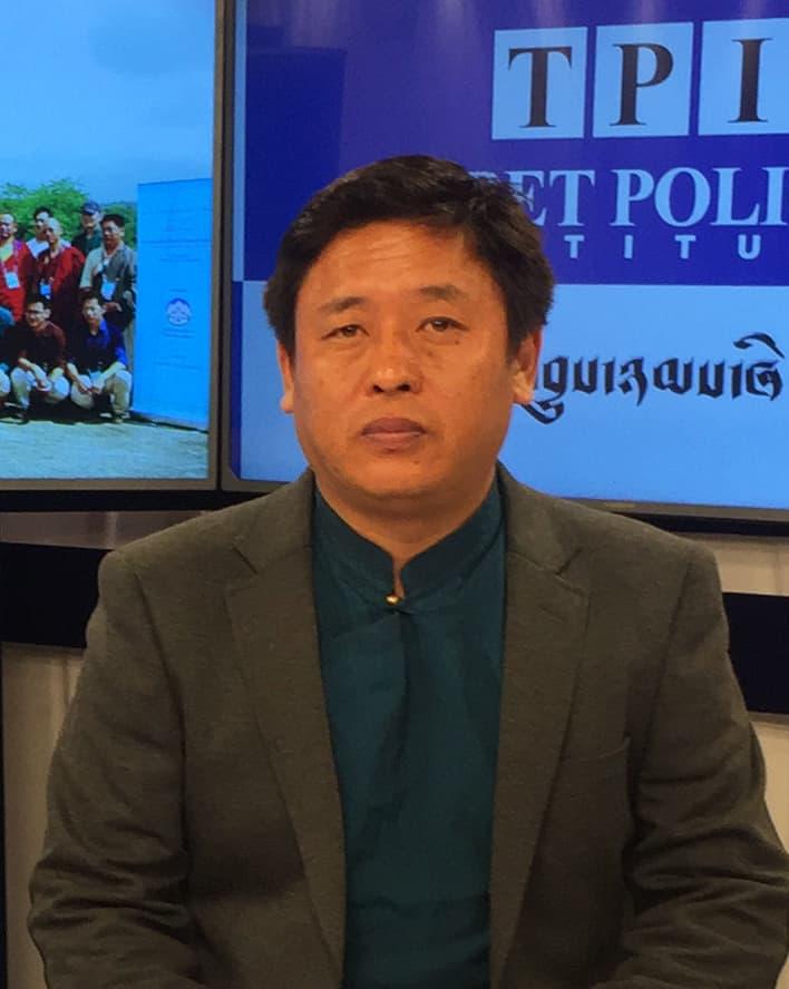 カルマ・テンジンはマドラス・クリスチャン大学の政治学部で哲学修士課程を修了し、 チベット・ポリシー・インスティテュート(Tibet Policy Institute)で主任研究員を務めている。