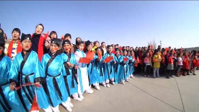 春を祝うウイグル族の祝祭「ノウルーズ」で、歓迎するため、強制的に中国の伝統衣装を着させられたウイグル族の子供たち。