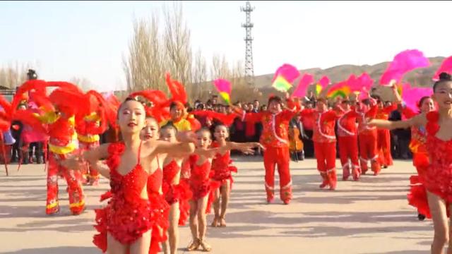 トルファンで行われた春の始まりを祝う祭典で「中国風」の衣装を着るウイグル族の少女たち。この行為はウイグル族の文化の基準を軽視したとしてウイグル族の怒りを買った。