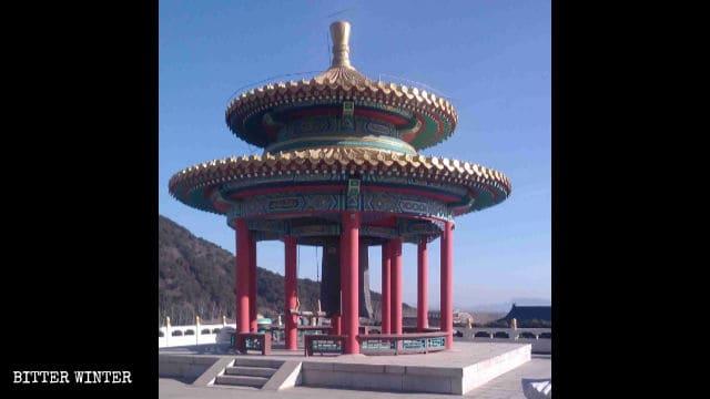 万仏園でラマが毎日鳴らしていた鐘が放置されている。
