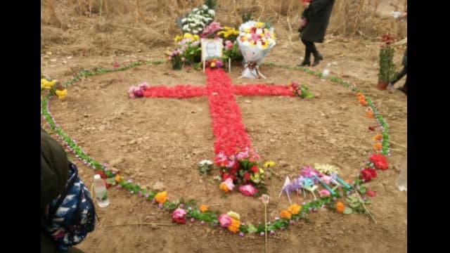 2018年、范司教を偲んで教会に通う人々は花で十字架を形作った。(内部筋が提供)