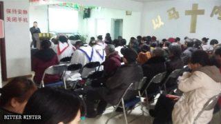 集会を開く信望教会の信者たち。