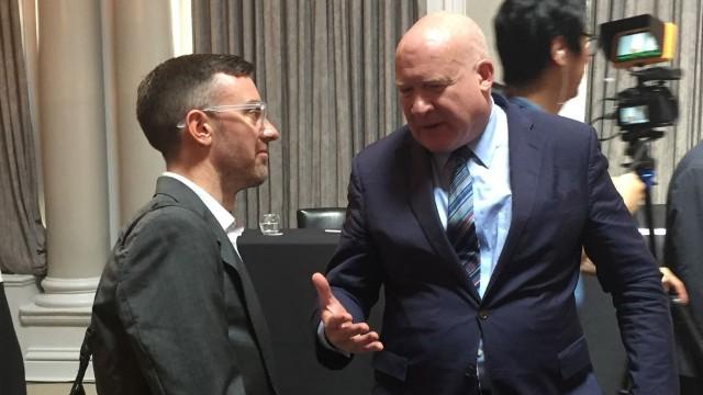 判決後にインタビューを受けるイーサン・ガットマン(Ethan Gutmann)氏(右)。ガットマン氏が執筆した『殺処分』(原題: The Slaughter)は、中国の生きている政治犯から臓器を摘出する恐ろしい取引に関する調査を詳細に渡って記している。