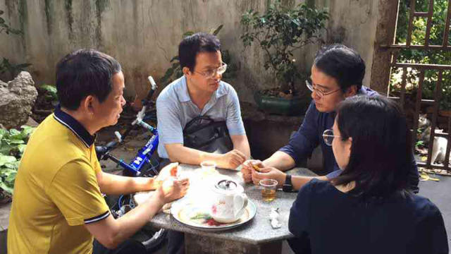 楊牧師と妻が民族及び宗教事務局の職員と交渉している。
