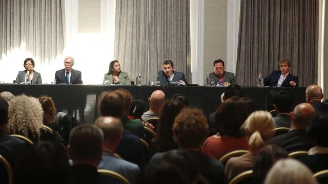 民衆法廷のメンバー(左から右): シャディ・サドル(Shadi Sadr)氏、マーティン・エリオット(Martin Elliot)医師、レジーナ・パウロセ(Regina Paulose)氏、議長のジェフリー・ニース卿、アンドリュー・クー(Andrew Khoo)氏、ニコラス・ヴェッチ(Nicholas Vetch)氏。テレビ会議システムを用いてアーサー・ウェルドロン(Arthur Waldron)氏も参加した。なお、民衆法廷のメンバーは無償で参加していた。