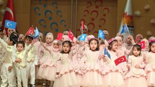 イスタンブールでラマダンのお祝いに参加したウイグル族の子供たち。その多くは「孤児」である。