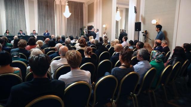 大勢の聴衆が判決を聞くために集まった。