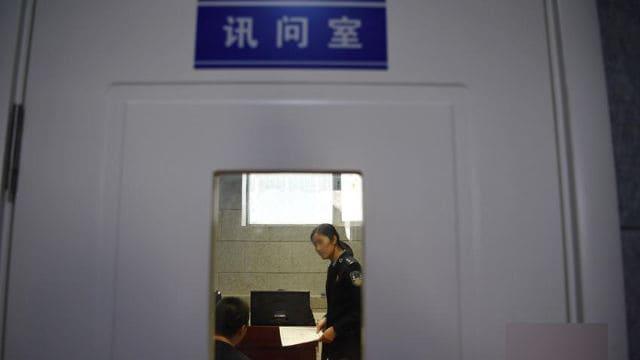 警察署内の尋問室。