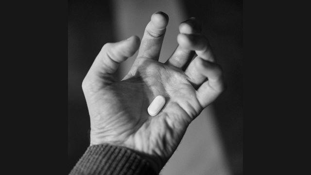 薬物で破滅 拘束された信者の悪夢