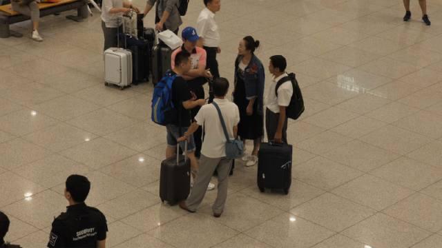 賈氏と妻は仁川国際空港に義父と義弟を迎えに行った。