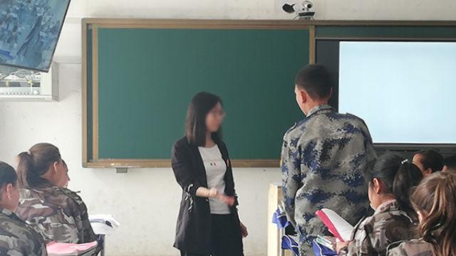採用された教員が新疆で授業を行っている。