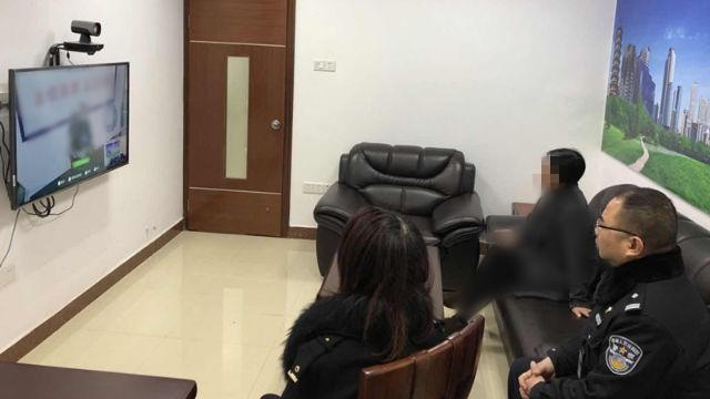 警察に付き添われながら親しい人とビデオ電話で話す家族。(写真:インターネットより取得)