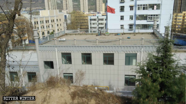 女性用モスクの屋根には青色のドームに代えて中国国旗が掲げられた。