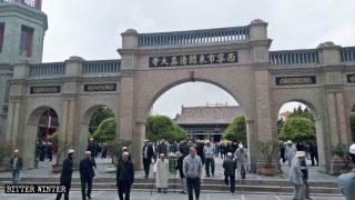 西寧市の東関モスクで中国共産党の思想がコーランに取って代わる