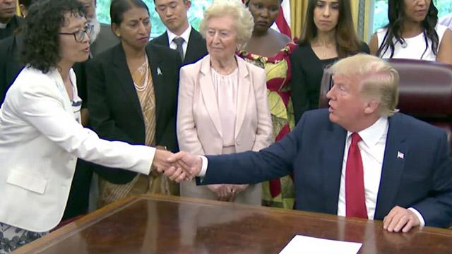 拷問を乗り越えた法輪功学習者、張玉華(ジャン・ユーファ)氏と面会するトランプ大統領。Epoch Timesによる提供。