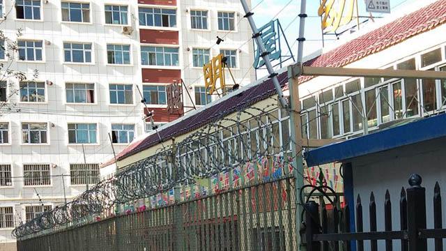 牢獄のような外観の新疆の学校