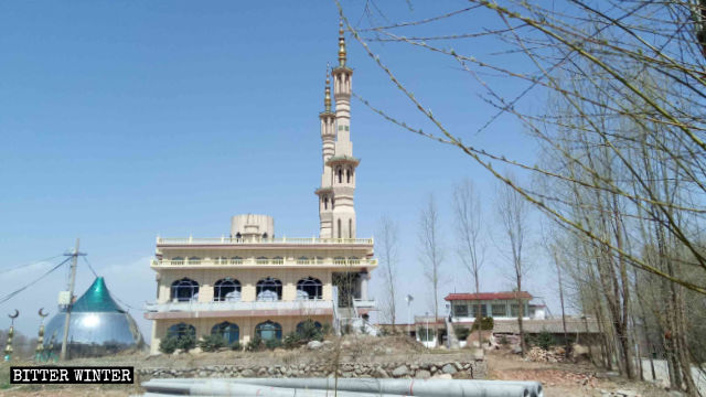甘粛省の臨夏回族自治州にある沈家坪モスクのドームが取り外されている。