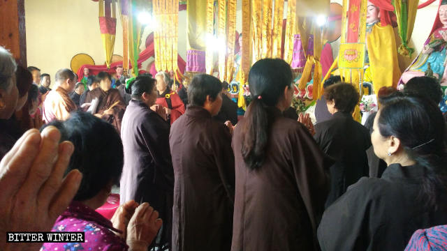 5月19日の集会で住職が党の政策を伝えている。