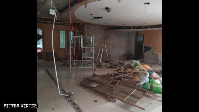 集会所の天井と広間の一部が原形をとどめないほど破壊された。