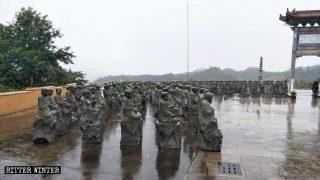 撤去された阿羅漢像が寺の正門の隣に置かれている。