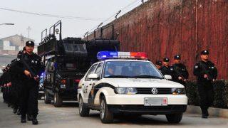 ある河南省の刑務所外で特別警官が巡回している。(写真:インターネットより)
