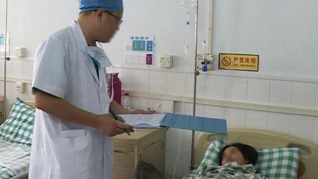 医者は患者に情報を尋ねている。(写真:インターネットより)