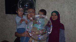 カザフスタン 活動家のビラシ氏が沈黙を条件に釈放される