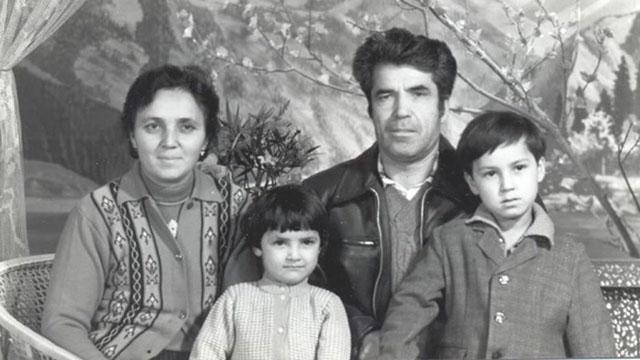幸せだった頃のチャニシェフさん(左)と夫のラティフ(Latif)さん、そして、子供のカフィヤ(Kafiya)ちゃんとアザト(Azat)君の写真。