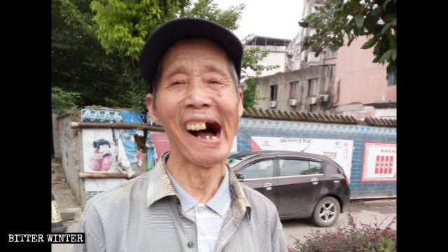 雇われた暴漢に殴打され、巌さんの歯が抜けた。