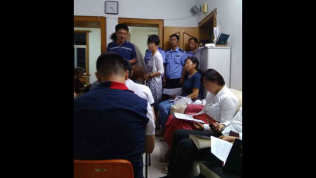 高齢のキリスト教徒のための集会所に警察が突入し、信者に解散を言い渡した。