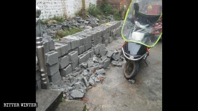 6月、当局は、吉安市の老地方教会集会所の真新しい外壁を取り壊した。
