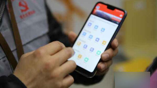 グリッド管理者は支給された電話の特別なアプリを使い、出来事を記録しなければならない。オンラインプラットフォームがすべての情報を回収する。(インターネットより)