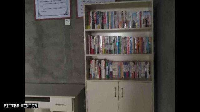 かつてのカトリック教会堂内にプロパガンダの資料を並べた書棚が置かれた。