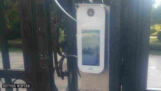 住宅団地の入口に設置された顔認識の機器。