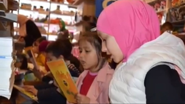 イスタンブールのヒラーイさんが経営する書店を訪れる学校の生徒。