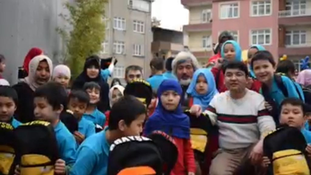 学校の生徒と同僚に囲まれるロクマン・ヒラーイさん(前列の右側)。