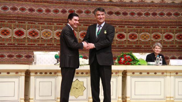 トルクメニスタンのグルバングル・ベルディムハメドフ大統領(左)からマグティムグリ国際賞を受けるタシポラット・ティップ氏。
