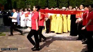 共産主義の曲の合唱を迫られるキリスト教徒