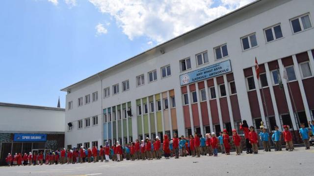 今年、入学者が激増し、現地のトルコの学校の一部を借りることになった。