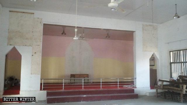 教会の十字架は撤去され、宗教の象徴は取り外された。