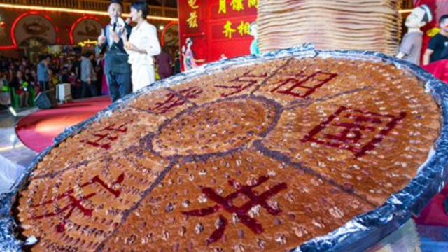 共産主義国家の記念日を祝う巨大な「ナン」。